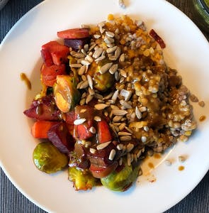 Buckwheat-vegetable-bowl with tahini sauce and seeds