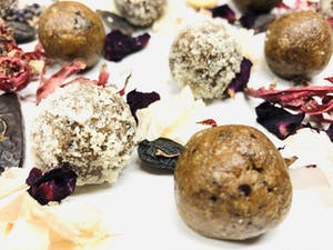 Poppy marzipan balls with tonka beans